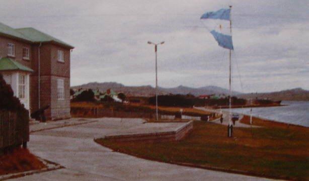 Bandera Argentina flameando en Puerto Argentino