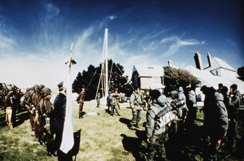 RI Mec 25 izando la Bandera Argentina